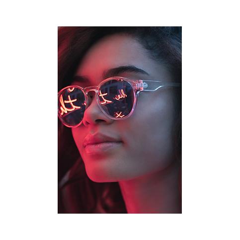 Huch, hier ist wohl etwas schief gegangen. Hier solltet ihr eigentlich ein cooles Neon Portrait von Kelly McKenzie sehen.